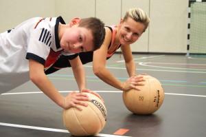 """Alternativ: Liegestütz 2.0. Hier mit Mandy. """"Einfach mal"""" Liegestütz auf einem Ball machen. Du wirst den Unterschied spüren!"""