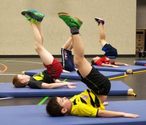 Weiter für den Bauch: Beine (halbwegs) gestreckt in die Luft, 3x15 mal wie im Bild in die Luft drücken. kurze schnelle Bewegungen