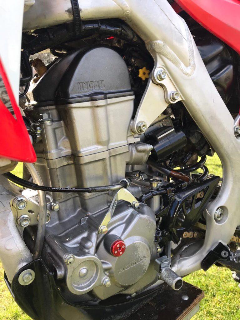 Bikepflege mit Bike Wash, Wunderschaum - der Motorblock meines Bikes sieht aus wie frisch aus dem Ei gepellt