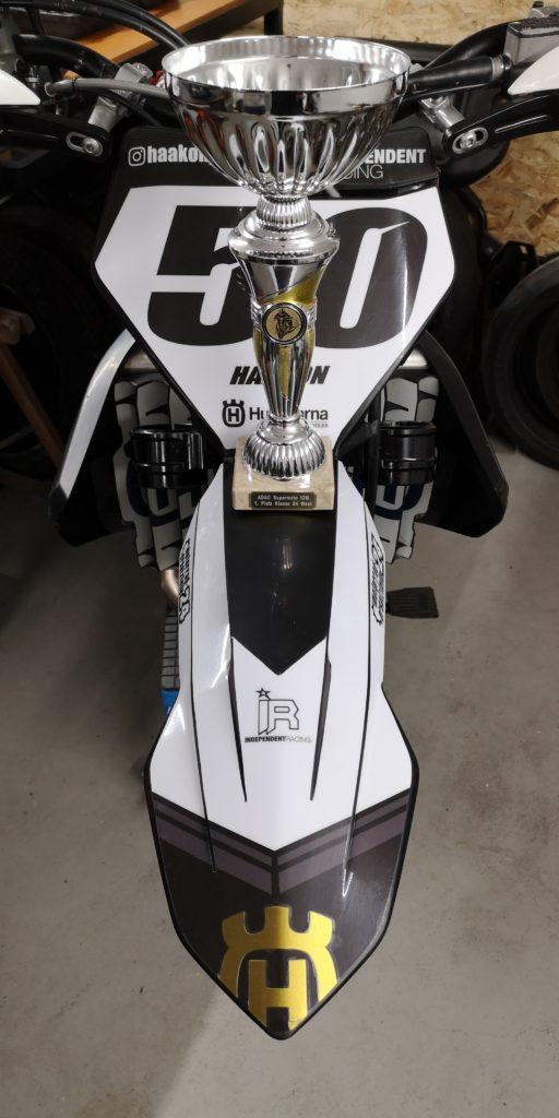 Der verdiente Pokal auf dem Supermoto Racebike