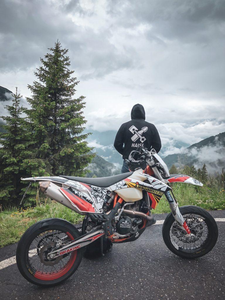 Dolomiten Härtetest -Meine EXC mit den Wave Scheiben vor Alpenpanorama