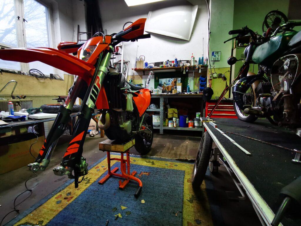 KTM EXC 450-F hat ein Rad ab